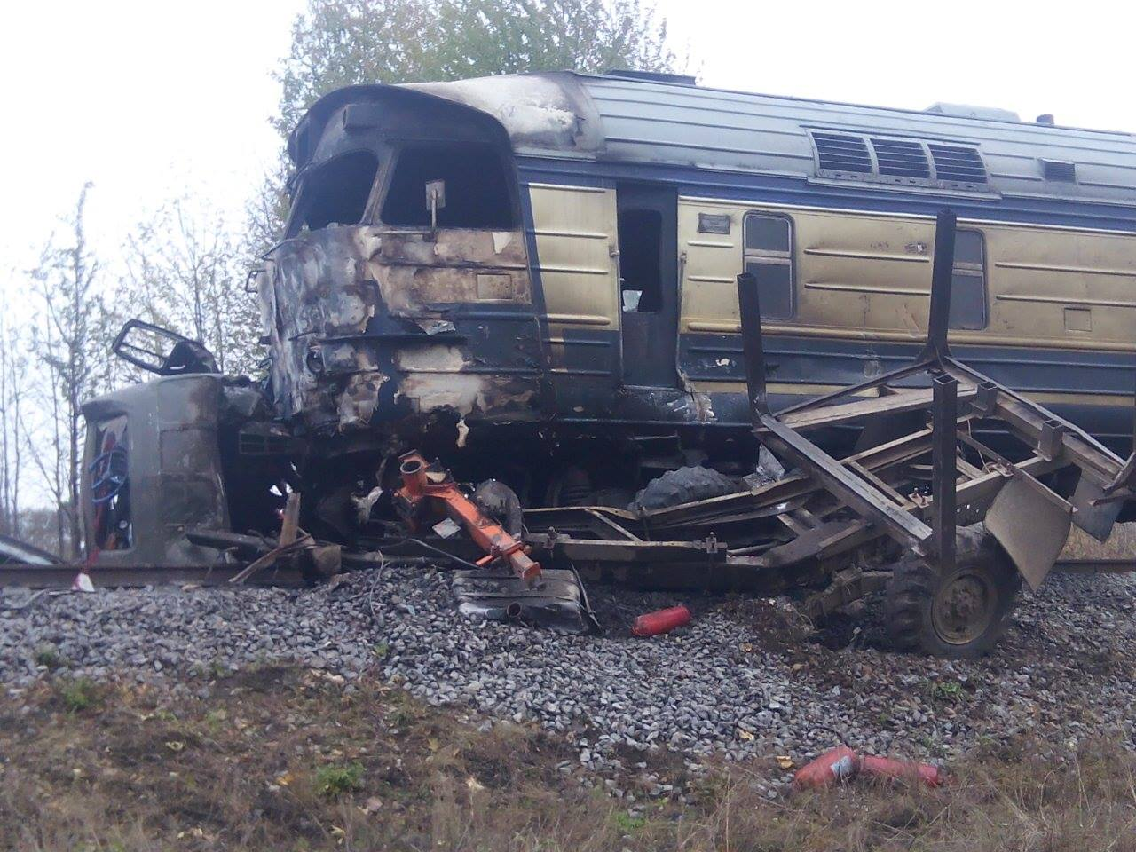 На Вінниччині локомотив протаранив лісовоза. Стався вибух, є жертви (Фото)