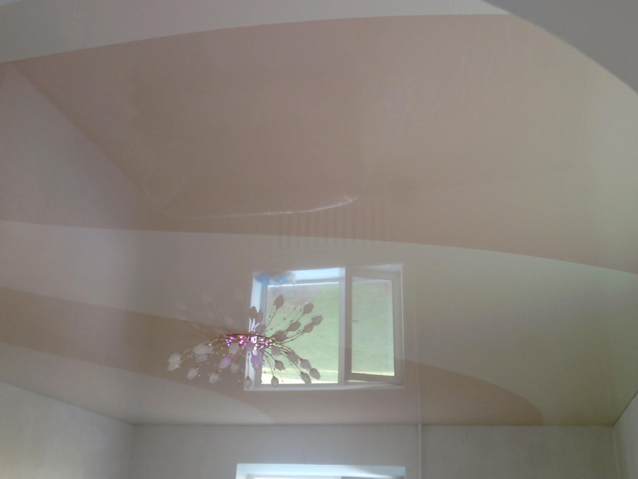 посте показать фото оттенков глянцевых потолков окунулась