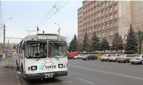 Тролейбус протаранив