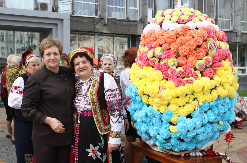 Біля міськвиконкому презентували триметрову писанку (Фото)