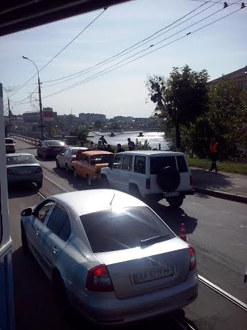 ДТП на центральному мосту, утворило чималу пробку