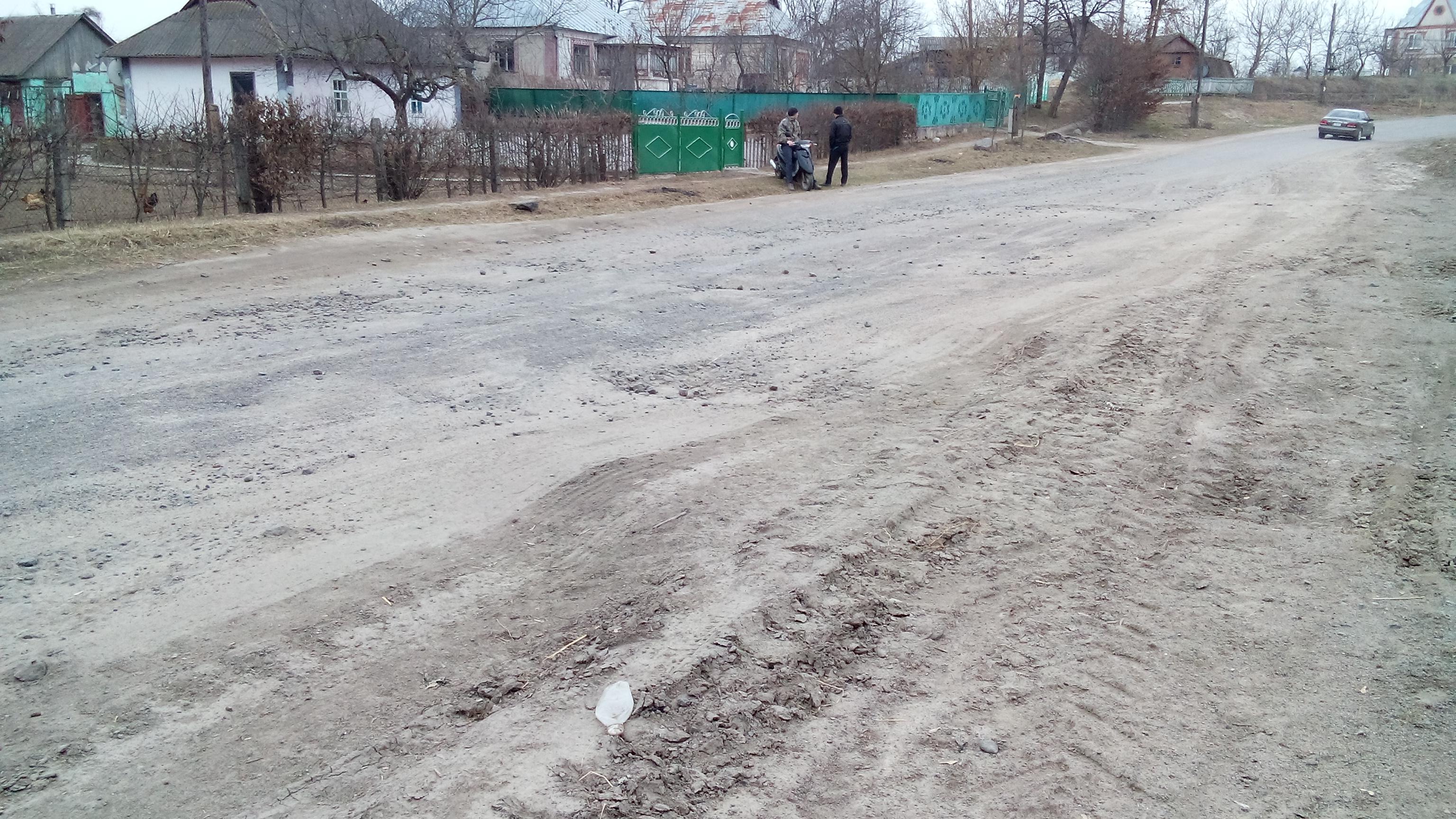 На Вінниччині люди вже кілька років чекають на ремонт дороги, яка виглядає наче після бомбардування (Відео)