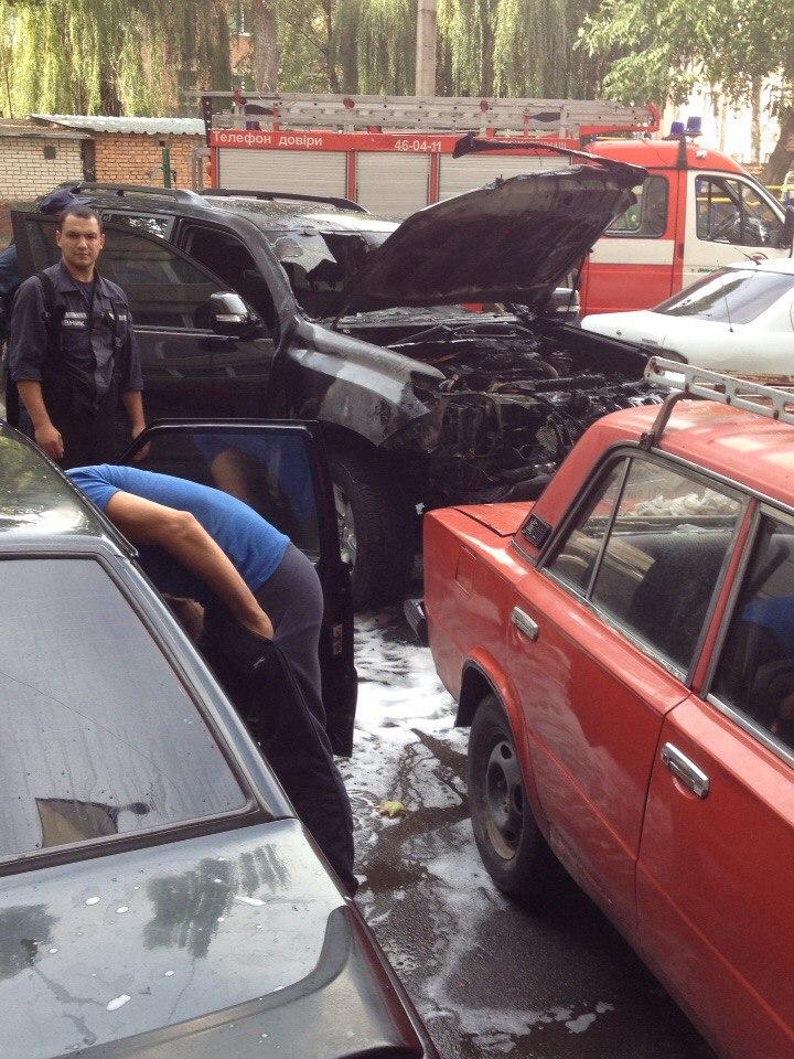 У Вінниці загорівся припаркований джип (Відео+Фото)
