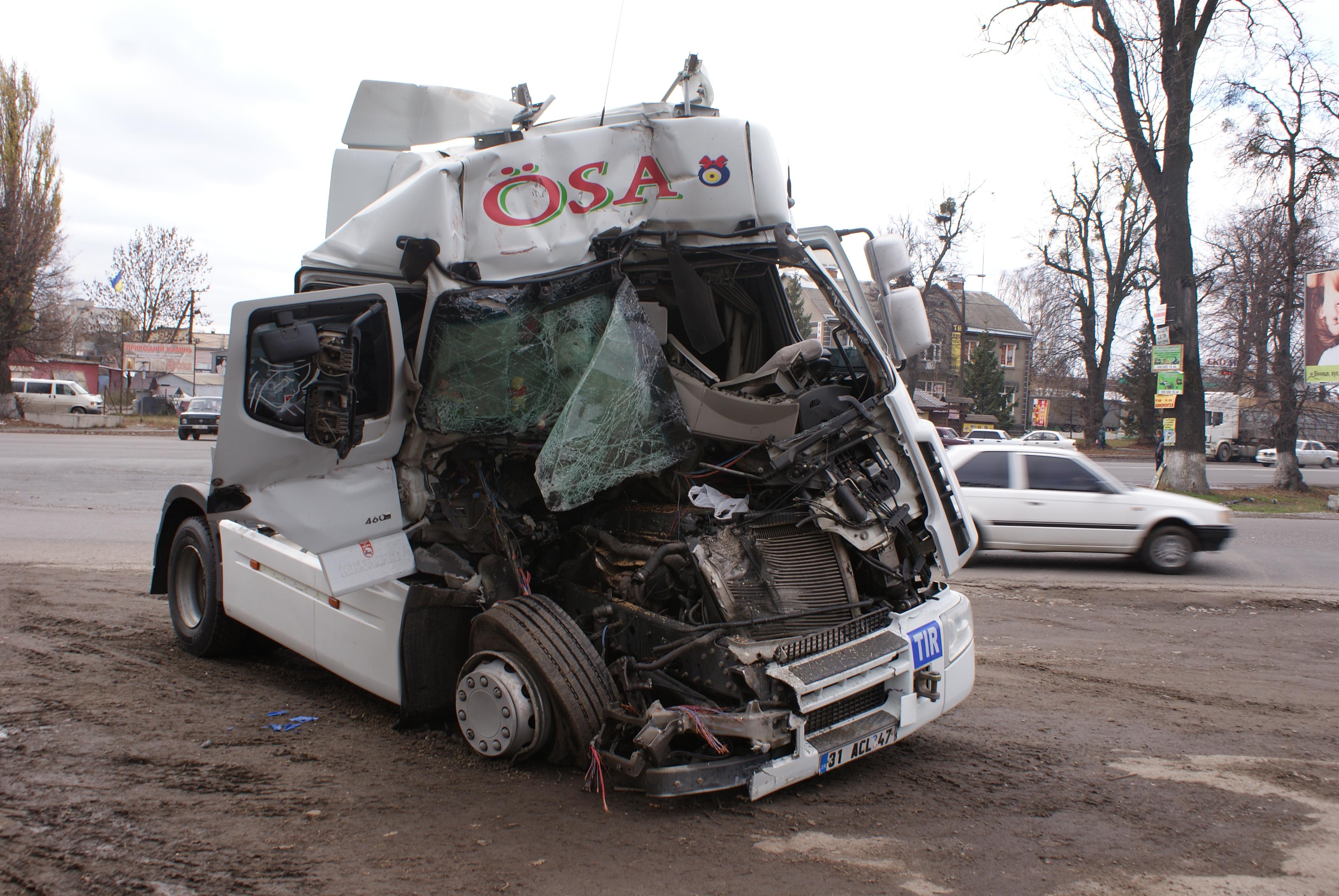 ДТП Вінниця: вантажівка влетіла у зерновоза (Фото+Відео)
