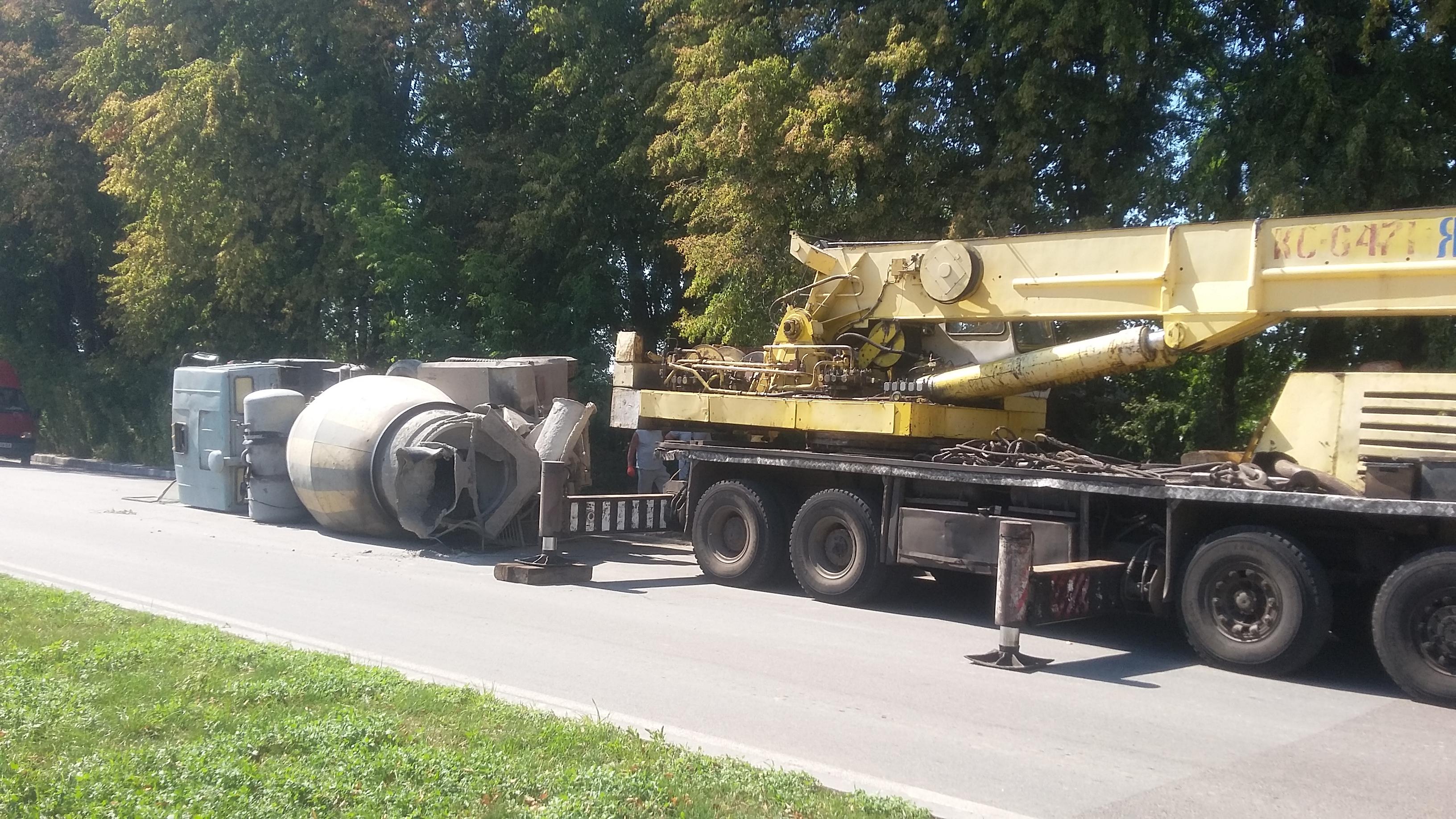 У Вінниці перевернувся цементовоз (Фото)