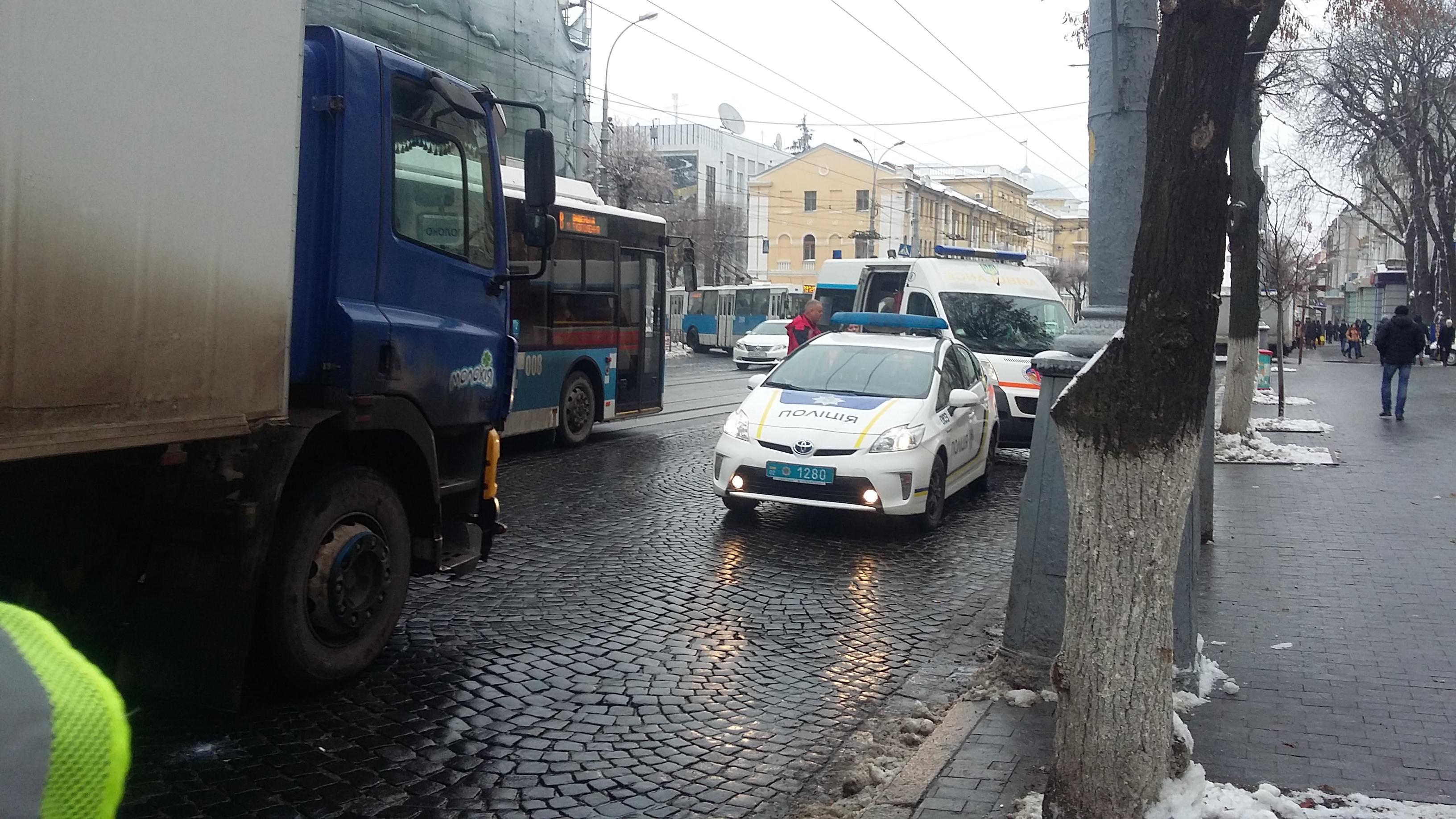 У центрі Вінниці вантажівка задавила жінку, яка виходила з трамваю (Фото+Відео)