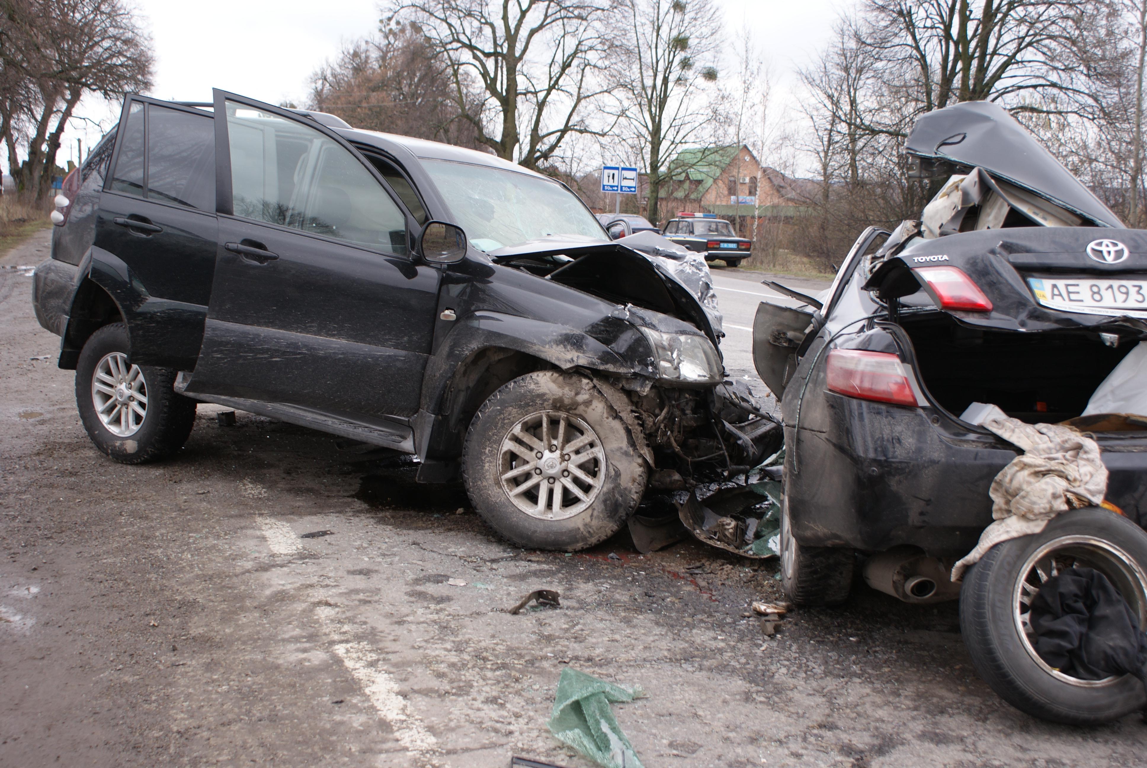 Біля Вінниці Camry протаранила джип. З автомобілів - брухт, водій загинув (Відео+Фото)