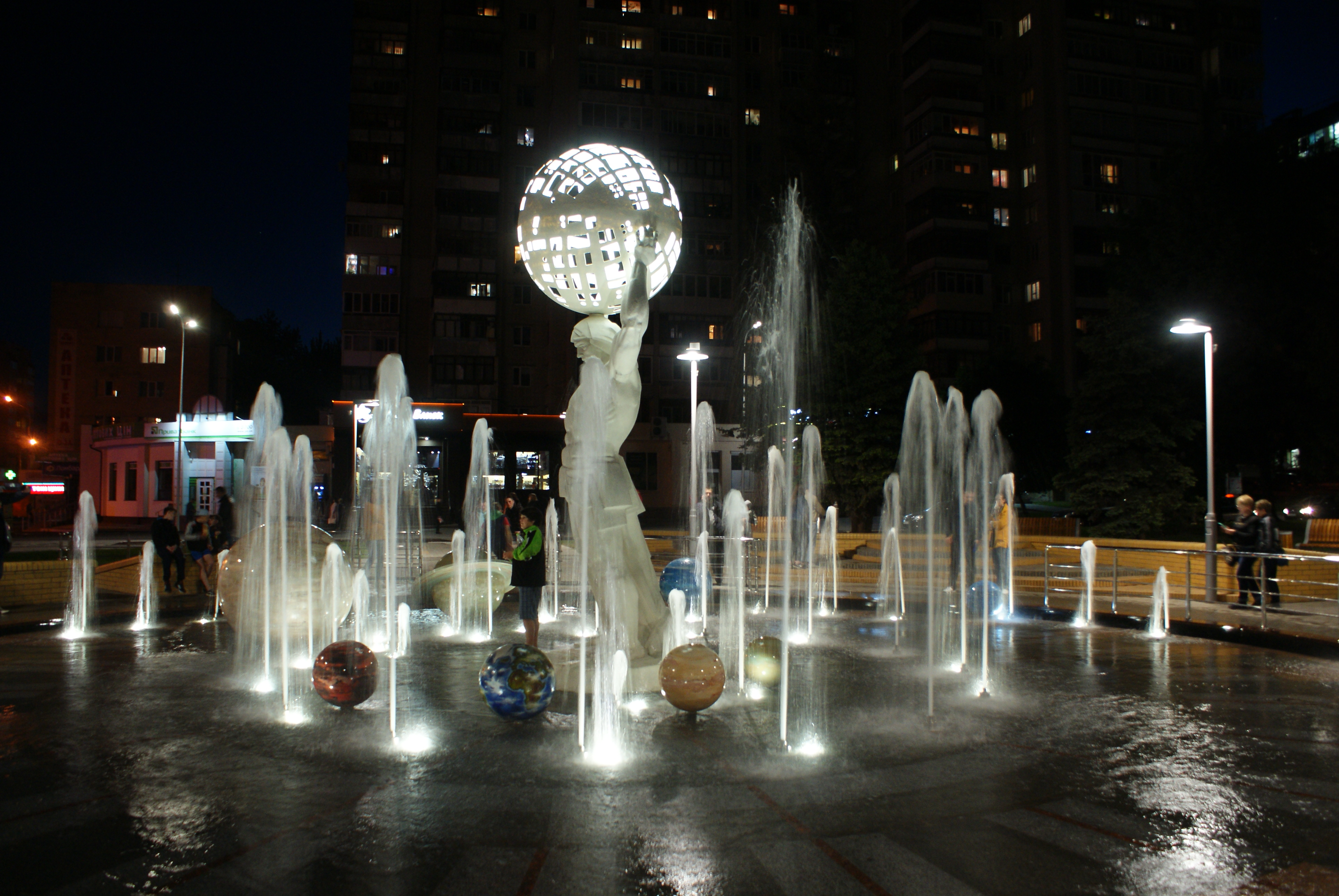 Вечірній фонтан з планетами схожий на космічну казку (Фото)
