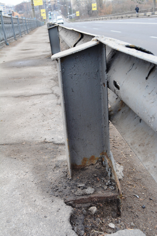 В асфальті на Київському мості повибивалися ями, а залізо роз'їдає іржа (Фото+Відео)
