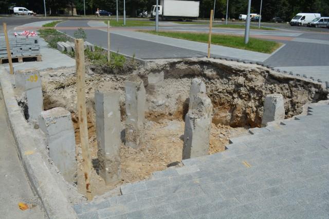 У Вінниці почали встановлювати постамент під літак на площі Могилка (Фото)