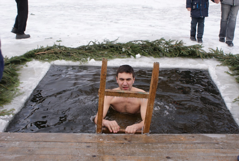 Водохреща у Вінниці: на Вишенському озері купалися від малого до великого (Фото)