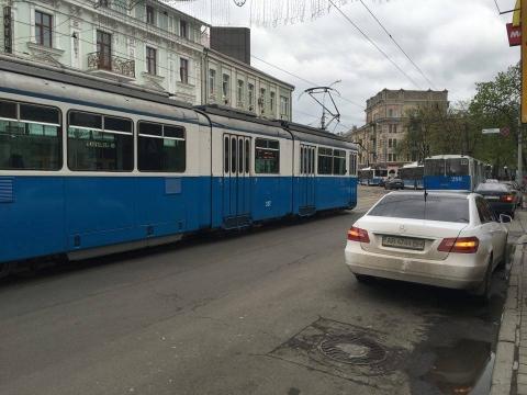 Через обірваний трос у центрі Вінниці зупинився електротранспорт (Фото)