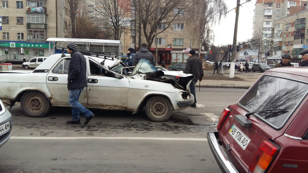 У Вінниці водій «Волги» в'їхав у «МАЗ» (Фото+Відео)
