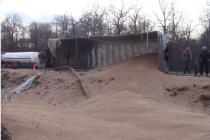 Вантажівка повна зерна перевернулася та злетіла в к'ювет (Фото)