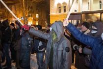 """Вінничани в масках скандували під офісом Партії Регіонів та закидали яйцями """"Варшаву"""""""