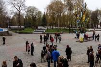 170 великих мальовничих писанок прикрасили дерево у центрі міста до Великодніх свят