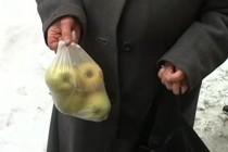 У Вінниці бабусю оштрафували за продаж яблук на тротуарі. Майже на 11 тисяч гривень (Відео)