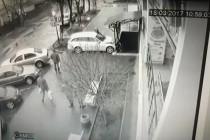 """ДТП біля ТЦ """"Квартал"""" - іномарка ледь не залетіла у підвал (Відео)"""