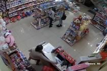 Камера зловила, як вагітна дівчина вкрала в Магігранді iPhone (Відео)