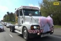 У Вінниці чоловік приїхав забирати дружину з пологового на вантажівці з рожевим бантом (Відео)