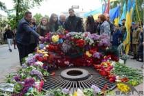 День Перемоги у Вінниці: люди принесли гору квітів до Вічного вогню (Фото)