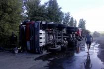 На Вінниччині перекинулась вантажівка. Стався витік дизельного палива (Фото)