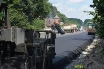 На об'їзній дорозі навколо Вінниці стелять новий асфальт (Фото)