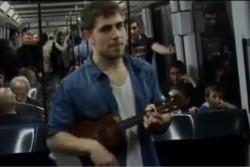 Мужчина нашел работу, пропев свое резюме в метро (ВИДЕО)