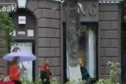 У цієї жінки напевно є справжній ангел охоронець (Відео)