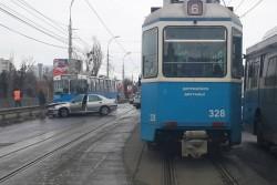 """У Вінниці на Центральному мосту зіткнулись тролейбус та """"Пежо"""" (Фото)"""