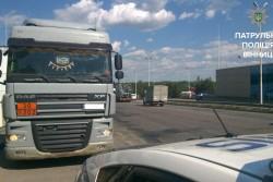 """У Вінниці водій під """"кайфом"""" катався з повною цистерною пального (Фото)"""