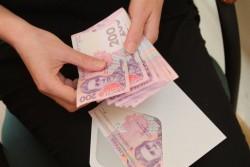 Средняя зарплата в Украине выросла почти на 40%