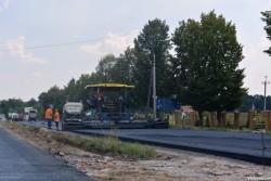 """Ремонтують трасу """"Вінниця-Хмельницький"""" біля Якушинців. Стелять новий асфальт і не тільки (Фото)"""