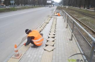 На Хмельницькому шосе почали ремонтувати зупинки, які будували осінню (Фото)