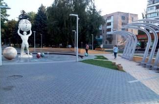 У Вінниці біля фонтану з планетами почали встановлювати лавочки з навісами (Фото)