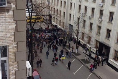 У Києві штурмують Адміністрацію Президента - бульдозер іде напролом