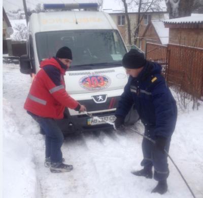 """У Вінниці рятувальники діставали """"швидку"""" з снігової пастки (Фото)"""