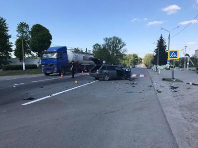 """На Вінниччині «Фольцваген» протаранив """"Ауді"""" та збив пішохода (Фото)"""