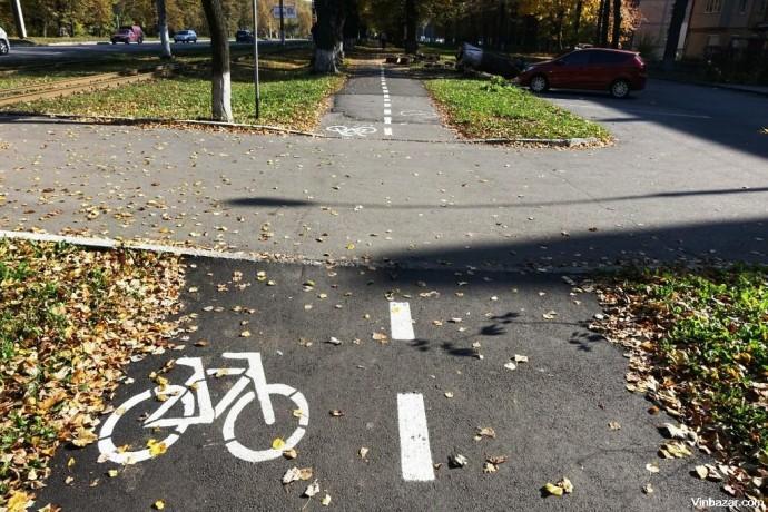 Вінничани просять прибрати розмітку для велосипедистів з тротуарів