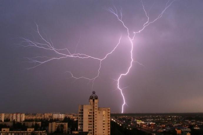 На Вінниччині від удару блискавки загинули двоє чоловіків. Ще один перебуває у реанімації