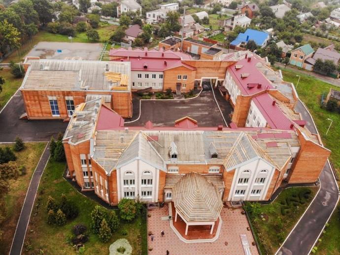 У мікрорайоні Пирогове замінюють дах школи №36 (Фото)