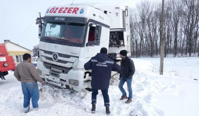 На Вінниччині дві вантажівки перекрили рух автомобілів