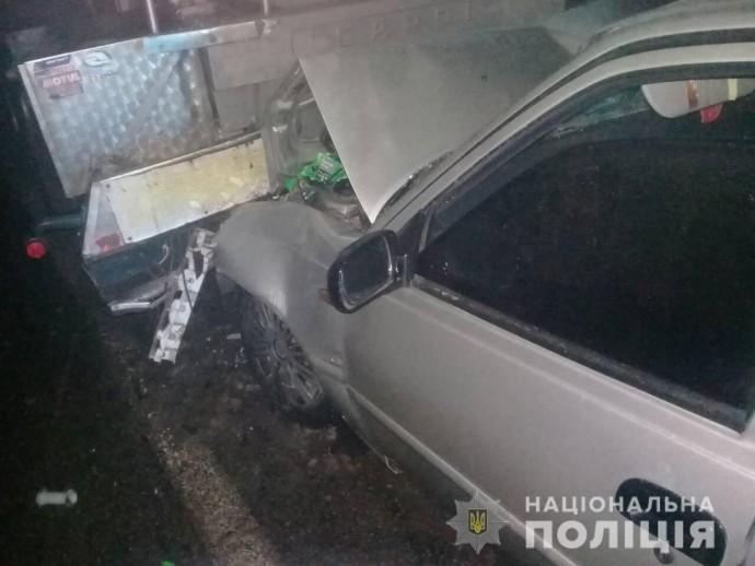 На Вінниччині легковик протаранив припарковану вантажівку. Загинув пасажир (Фото)