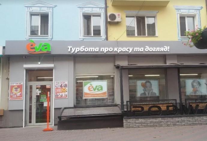 Опублікували фото жінки, яку підозрюють в крадіжці з магазину