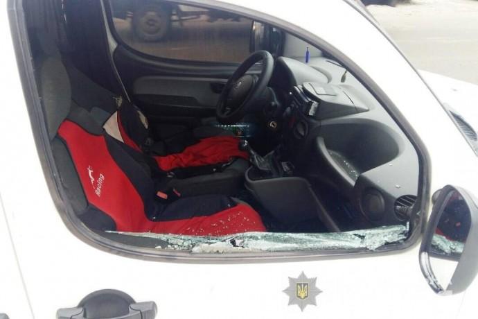 Поїздка ціною життя: на Вінниччині чоловік накинувся на водія таксі з ножем (Фото)