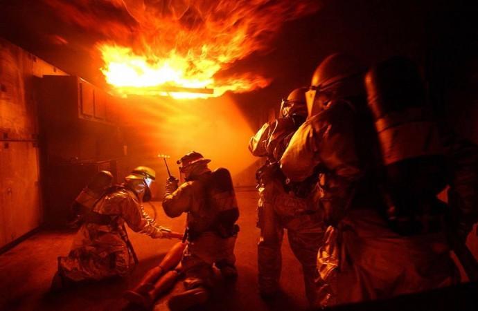 У Вінниці спалахнув склад. З вогнем боролись більше десятка рятувальників