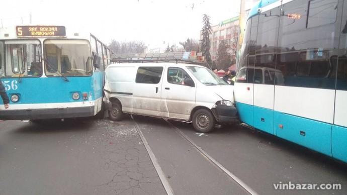 Віртуозна ДТП: Біля Універмагу мікроавтобус затиснуло між тролейбусом та трамваєм (Фото+Відео)