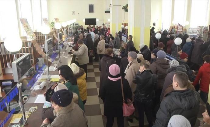У Вінниці довжелезні черги охочих сплатити за комуналку (Відео)
