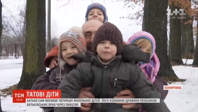 На Вінниччині чоловік доглядає за 4 малими дітьми, бо дружина проміняла сім'ю на випивку (Відео)