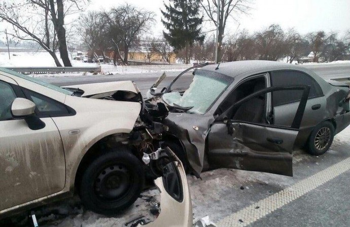 На Вінниччині лоб в лоб зіткнулись «Volkswagen» та «Mitsubishi»